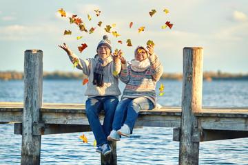 lachendes Seniorenpaar im Herbst