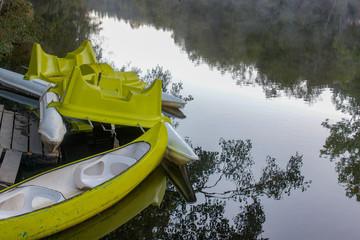 Canoas no rio
