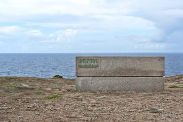 """Sitzbank mit Information """"westlichster Punkt von Festland-Spanien"""" am Cabo Touriñan, Gemeinde Muxia (Mugía), Costa da Morte, Provinz La Coruña, Galicien Spanien"""