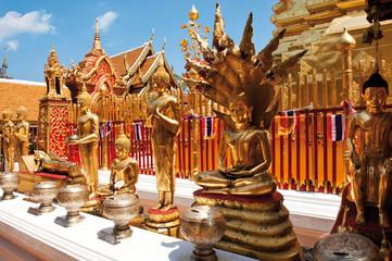 Buddhafiguren am Rand des großen Chedi in der Tempelanlage Wat Phrathat Doi Suthep  bei Chiang Mai, Nordthailand, Thailand, Südostasien