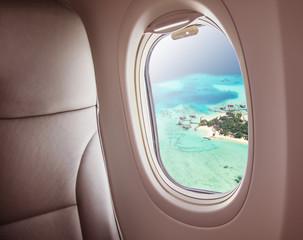 Tuinposter Vliegtuig Airplane window with beautiful Maldives island view
