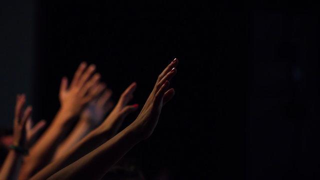 Uitgestrekte handen in aanbidding