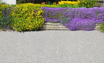 Schöne Gartenterrasse mit Blumenbeet