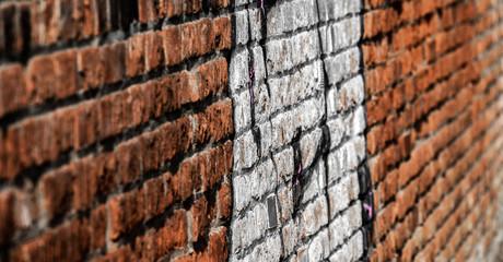 Mauerverlauf Backsteinmauer mit Graffiti