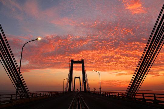 Amanecer en el Puente Rafael Urdaneta, Maracaibo, Venezuela.