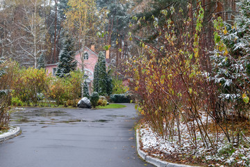 The path through the park to the house in late autumn