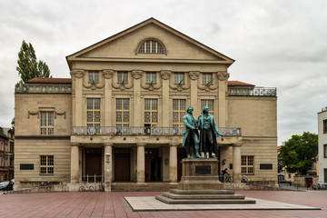 Deutsches Nationaltheater mit Goethe und Schiller Denkmal in Weimar
