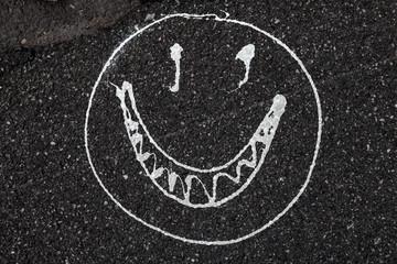Smiley auf einer Asphaltstraße