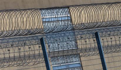 Gefängnisgebäude hinter einem Sicherheitszaun