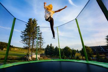 Junges Mädchen auf Trampolin - Springen