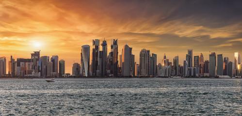 Sonnenuntergang hinter der modernen Skyline von Doha, Katar