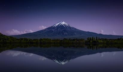 Photo sur Plexiglas Reflexion Mount Fuji reflected in the lake with a purple night sky