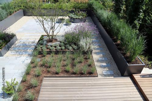 Moderne Garten Und Terrassengestaltung Im Materialmix Stock Photo