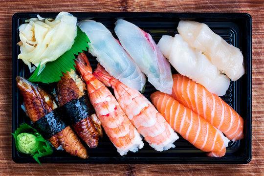 Schöne japanisches Suhsi Takeaway Box mit Nigiri, Ingwer und Wasabi mit verschiedenen Fischen vom Lieferdienst