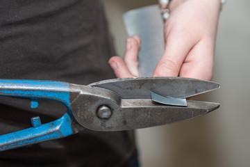 Handwerker arbeitet mit Blechschere - Detail