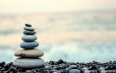 Photo sur Aluminium Zen made of stone tower on the beach and blur background