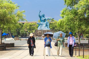 長崎平和公園と高齢女性