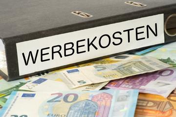 Euro Geldschein und ein Ordner mit dem Aufdruck Werbekosten
