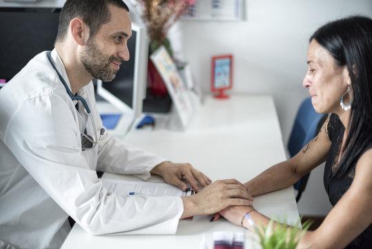 Medico si prende cura di giovane paziente