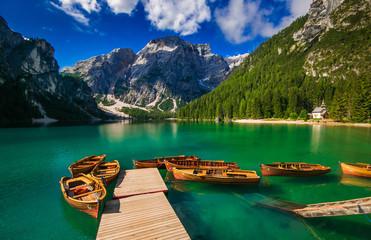 Braies: barche in un idilliaco lago alpino in Trentino Alto Adige