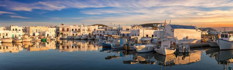 Sonnenuntergang über dem idyllischen Fischerdorf Naousa mit den zahlreichen Tavernen und Bars am Hafen auf Paros, Kykladen, Griechenland