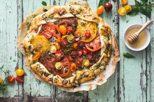 Tarte à la Tomate Ancienne ou Tomate Heirloom, Courgette, Thym, Miel et Bleu d'Auvergne
