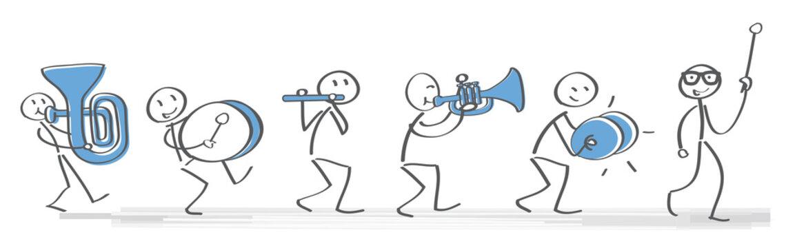 Fröhlicher Spielmannszug mit verschiedenen Instrumenten musiziert