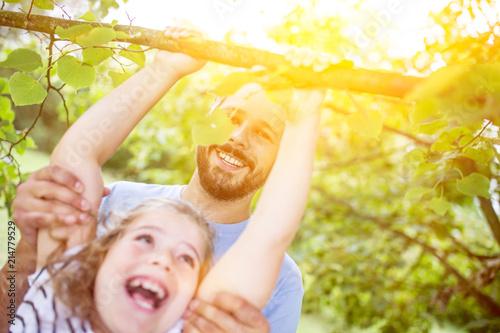 Vater Hilft Tochter Beim Klettern Im Garten Stockfotos Und