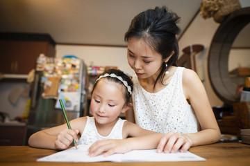 勉強をする母と娘
