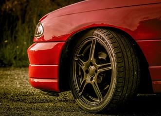 Obraz czerwony samochód osobowy - fototapety do salonu