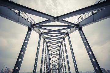In de dag Brug steel framework bridge closeup
