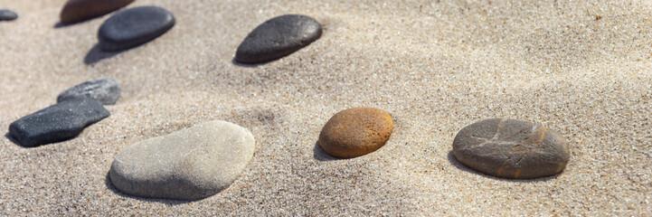 Photo sur Plexiglas Zen pierres a sable beautiful stones different colours on the sand