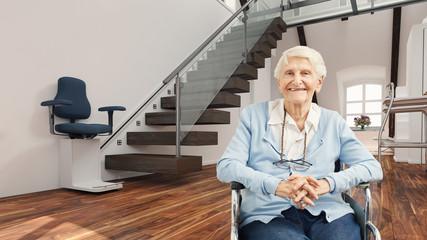 Seniorin im Rollstuhl vor Treppenlift zu Hause