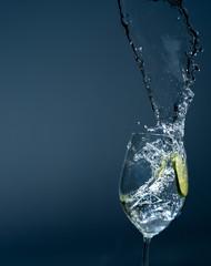 Wasserglas mit Mineralwasser und Limette zur Erfrischung an heißen Tagen