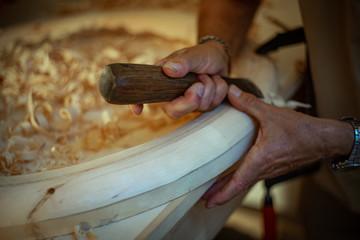 Artigiano scolpisce il legno