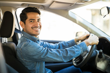 Attractive man driving a car Fototapete