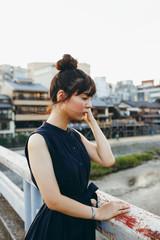 京都の街並みと女性