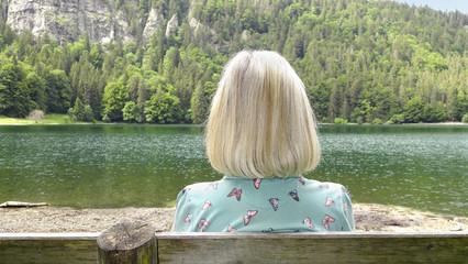 Femme blonde au bord du lac Feldsee - Forêt Noire