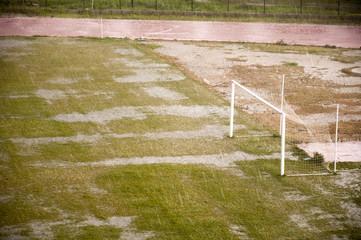Yağmur ve dolu yağarken, futbol sahası, atletizm pisti,