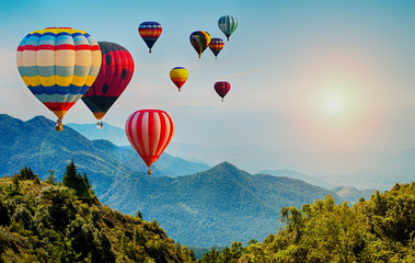 Photo sur Aluminium Montgolfière / Dirigeable Beautiful view of mountain with hot air balloons on morning at Thailand.