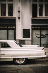 Voiture vintage et façade d'immeuble