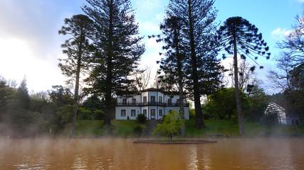 Heisser Badesee im Parque Terra Nostra in Furnas, Sao Miguel, Azoren