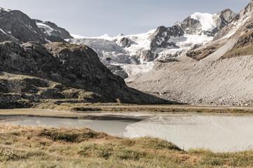 Vue du lac de Châteaupré et sur le glacier du Moiry en Suisse