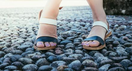 Füße einer jungen Frau in Sandalen, Italien