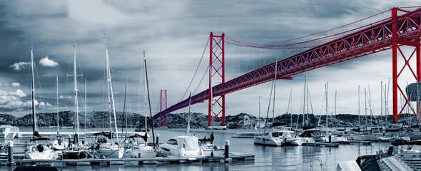 Puente 25 de Abril en la ciudad de  Lisboa,Portugal.Puerto marítimo y barcos Fotomurales