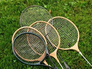 Badminton Schläger aus Holz und Kunststoff auf grünem Rasen auf einem Bauernhof im Sommer in Rudersau bei Rottenbuch in Oberbayern