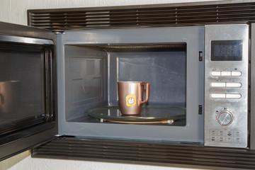 Tasse de thé dans un micro-ondes