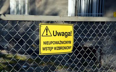 Tablica informacyjna: Nieupoważnionym wstęp wzbroniony.