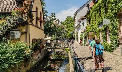 Freiburg, in der Altstadtgasse Gerberau