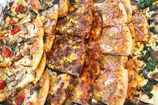 Mehrere Pizzastücke auf einer Platte